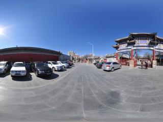 白云观大门前的停车场