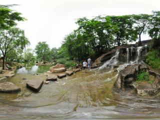 报晓园溪水潺潺夏景