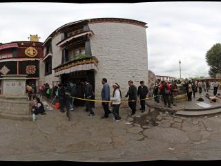 大昭寺入口与虔诚磕拜的人们