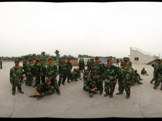 四川大学锦城学院2011级新生军训汇报检阅前的拳击表演队在等待上场的命令