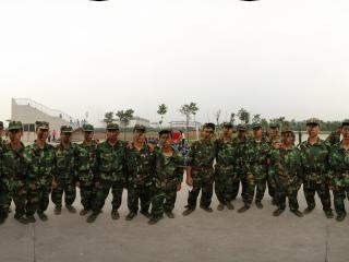 四川大学锦城学院2011级新生军训拳击表演队合影全景
