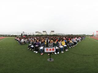 四川大学锦城学院2011级新同学开训典礼在操场上进行.