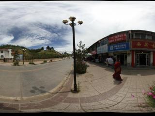 西宁塔尔寺附近的商业街道