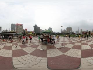 东方红广场玩鸽子的人们