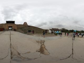 嘉峪关关城入口前