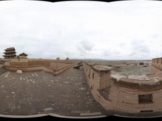 嘉峪关关城的城墙上