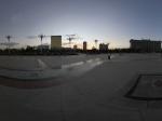 在南湖广场游玩的人们全景