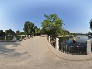 保定市竞秀公园桥上风光