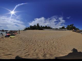 三亚天涯海角沙滩嬉闹的人们