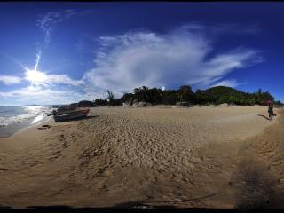 三亚天涯海角沙滩上的小船