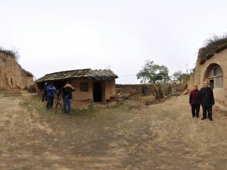 山西永和还住在窑洞里的老两口全景