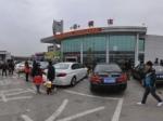春运路上一景:赣粤高速橫市服务区一片繁忙。全景
