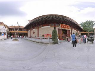 深圳仙湖植物园弘法寺跪拜的人们