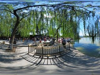 北京—海淀颐和园铜牛前