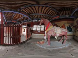 关城内的红马塑像
