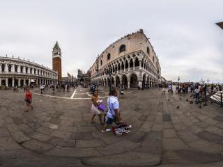威尼斯广场和平鸽全景